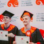 hommes avec son diplôme