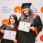 femmes avec son diplôme