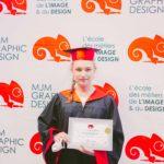 femme avec son diplôme