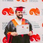 homme avec son diplôme