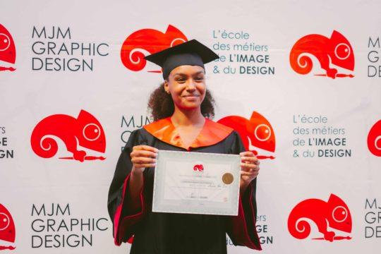 fille avec son diplôme